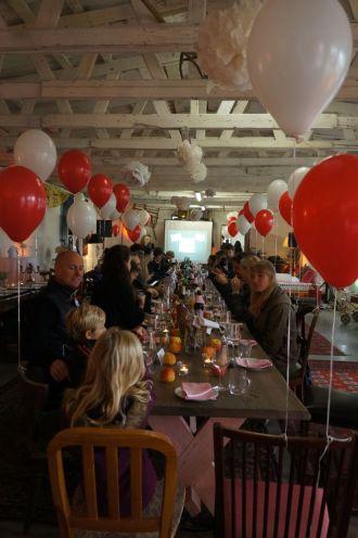 die festgemeinde versammelt sich um die tafel